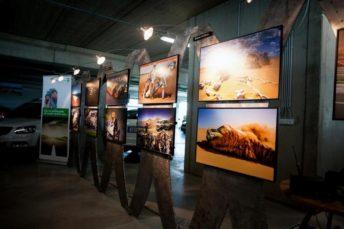 Součástí prodejních prostor je i výstava fotografií z Grand Prix, zdroj: autoopat.cz