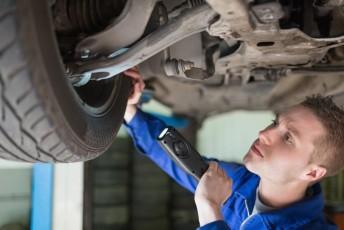 Prohlédněte si auto i zespodu, zdroj: shutterstock.com